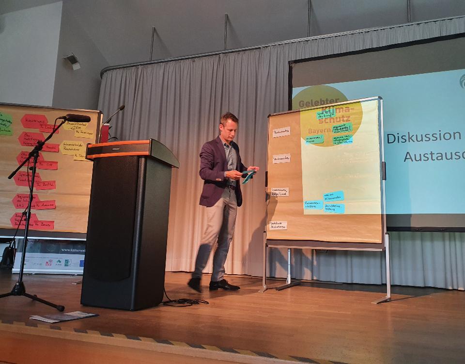 Kolja Zimmermann moderiert die Diskussion